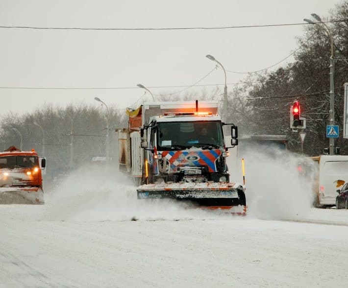 Машина для уборки снега во дворе